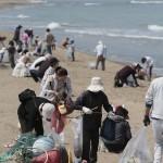 北陸新幹線の開業により、例年以上のにぎわいが予想される金沢市の「徳光海岸」。夏の行楽シーズンを前に、加賀・金沢の両支部の教友らが、砂浜のごみや流木などを丁寧に拾い集めた(2015年4月29日)