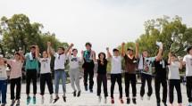 道につながる全国各地の高校生858人は、夏のおぢばで教えを学び、友情を深めた(8月11日、神苑で)