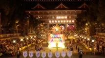開幕日の「おやさとパレード」。おやさとやかた真南棟から神苑まで、鼓笛隊や華やかなフロートの列が続いた(7月26日夜)