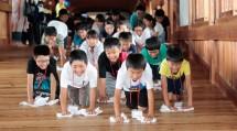 「廻廊ひのきしん」に元気いっぱいの子供たち(7月26日午後)