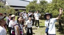 「史跡めぐり」で教祖誕生殿を見学する受講生(8月12日)