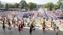 「鼓笛お供演奏」では、全国各地から帰参した鼓笛隊員が、心一つに演奏・演技を披露した(2019年7月29日、南礼拝場前で)