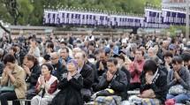 肌寒い日和のなか、参拝者らは心一つに「みかぐらうた」を唱和した(10月26日)