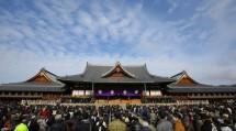 春季大祭には、国の内外から約6万5000人のようぼく・信者が帰り集った(1月26日、本部神苑で)