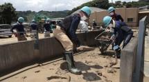 第1次隊の隊員たちは、球磨川沿いに位置する小学校のグラウンドで汚泥を撤去した(7月17日、球磨村渡地区で)