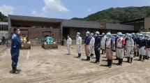 球磨村の松谷浩一村長が、駆けつけた隊員たちへ感謝の言葉を述べた(7月17日、球磨村渡地区で)