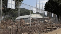 渡地区の球磨川沿いに位置する渡小学校。川の氾濫により、グラウンドや周辺の道路にも汚泥が流れ込んだ