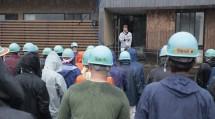 後藤副施設長のあいさつの後、隊員たちは園内の物品の搬出を行った(7月24日、球磨村の千寿園で)