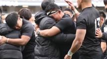 小松節夫監督に抱きついて涙を流す松岡大和主将(1月11日、東京都新宿区の国立競技場で。提供=日刊スポーツ/アフロ)