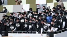 メンバー外の部員たちも優勝を喜び、客席から仲間を称える(1月11日、東京都新宿区の国立競技場で)