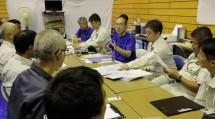 第1次隊の出動初日、田中本部長と千葉・東京・埼玉の各教区隊の隊長らが、救援活動の進め方について綿密に打ち合わせた(10月4日、鴨川市の旧主基小学校で)