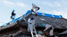 千葉・東京・埼玉の3教区隊が出動した第1次隊では、鴨川市と館山市の被災家屋でブルーシート張りなどの救援活動に従事した(10月5日、鴨川市で)