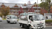 災救隊本部は、福島教区隊からの要請に応えて、給水車2台を緊急輸送した(10月18日、おやさとやかた南右第2棟前で)