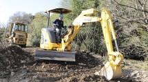 重機を用い、住宅地に流入した土砂を撤去した(11月8日、栃木県鹿沼市で)