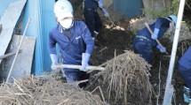 民家に流入した災害ごみを手作業で運び出す隊員たち(11月9日、栃木市で)